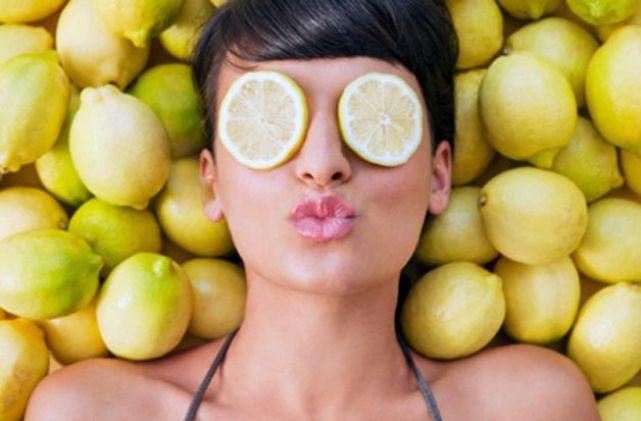 bevi acqua con limone per bruciare i grassi