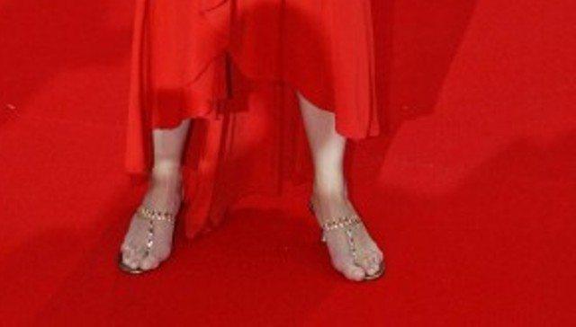4c73c4eae6 Con mignolo che fuoriesce dal sandalo e dita storte... Avete capito ...