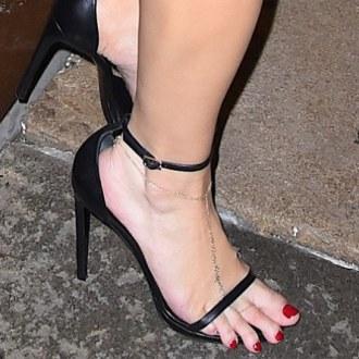d5e42a8b69 Sono quelli di Jessica Simpson che, con questi piedi che escono dai sandali,  è uscita per un appuntamento galante con il marito Eric Johnson. Nulla da  dire ...