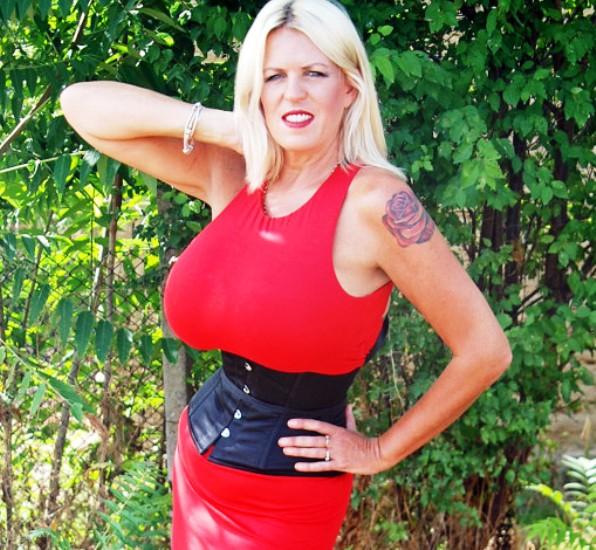 Ecco Norma Stitz, la donna con il seno più grande del mondo