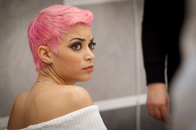 Cantante capelli corti rosa
