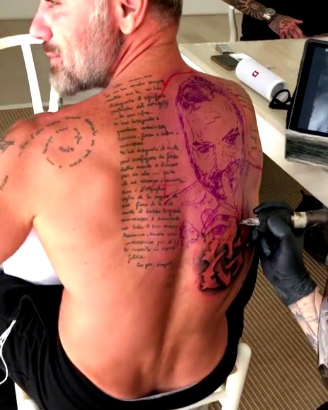 L'ultimo (enorme) tatuaggio di Gianluca Vacchi: il suo volto