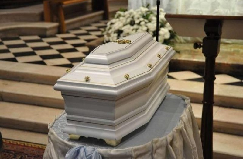 """""""È morta""""  Ma al funerale di una bambina accade l'impensabile  Dopo giorni di cure    per"""