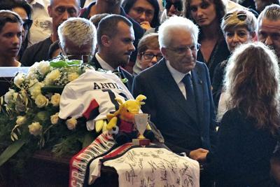 """""""No, senza di lui non me ne vado"""". Genova, il dramma di mamma Paola: Mirko è ancora disperso"""