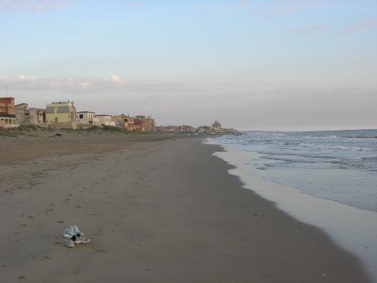"""""""Mare color ruggine"""". Una delle più frequentate spiagge ital"""