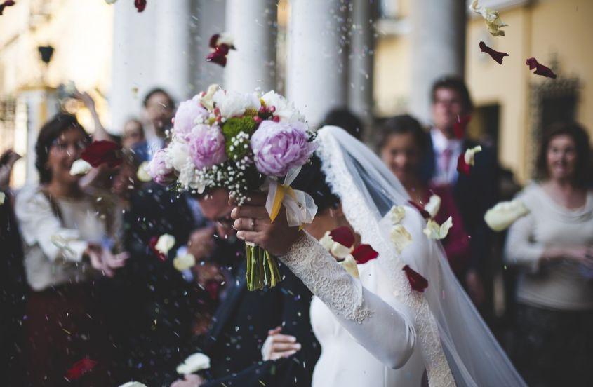 """Rissa al matrimonio: tutti contro lo sposo. È stato uno zio della """"fortunata"""" ad accorgersene. Lo hanno ..."""