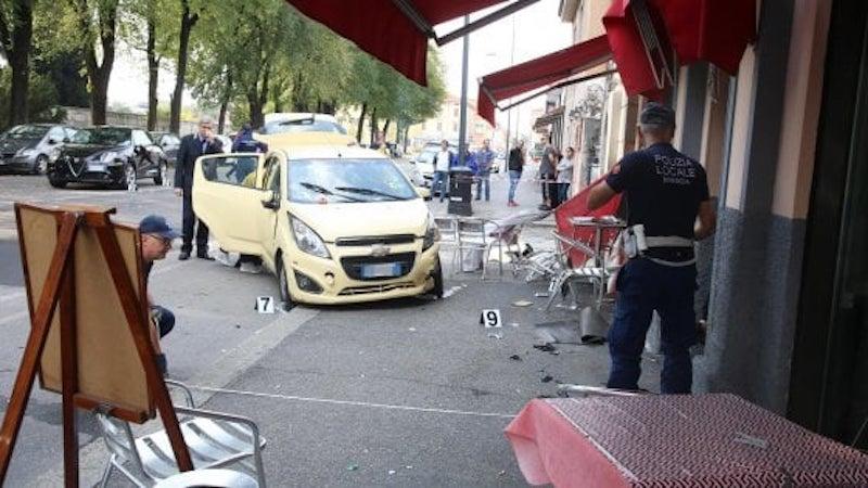 Auto piomba sui tavolini di un bar: muore donna. Paura nella