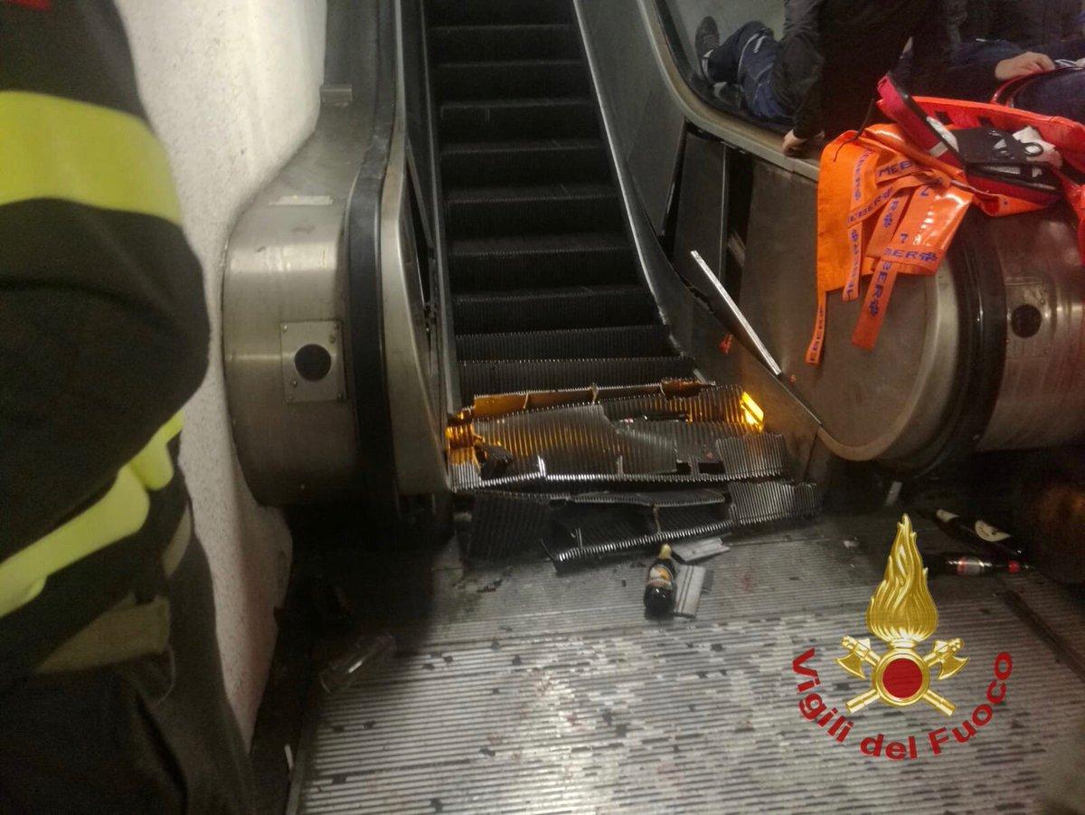 Roma, crolla scala mobile in stazione metro: ci sono feriti