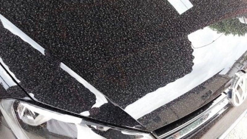 Pioggia acida in Salento: macchiate auto, panni e pavimenti