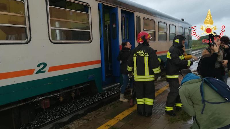 Maltempo, treno investito da una tromba d'aria a Crotone: feriti passeggeri