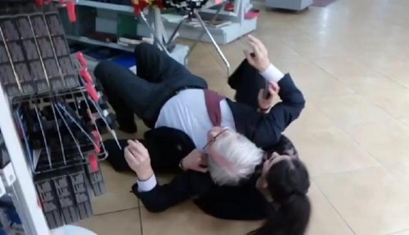 Vittorio Sgarbi, la foto sul pavimento dell'autogrill diventa virale. Cosa è successo