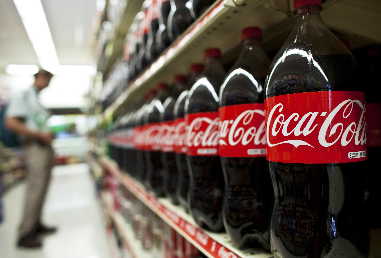 Arriva una tassa su Coca Cola e altre bevande: in che consis