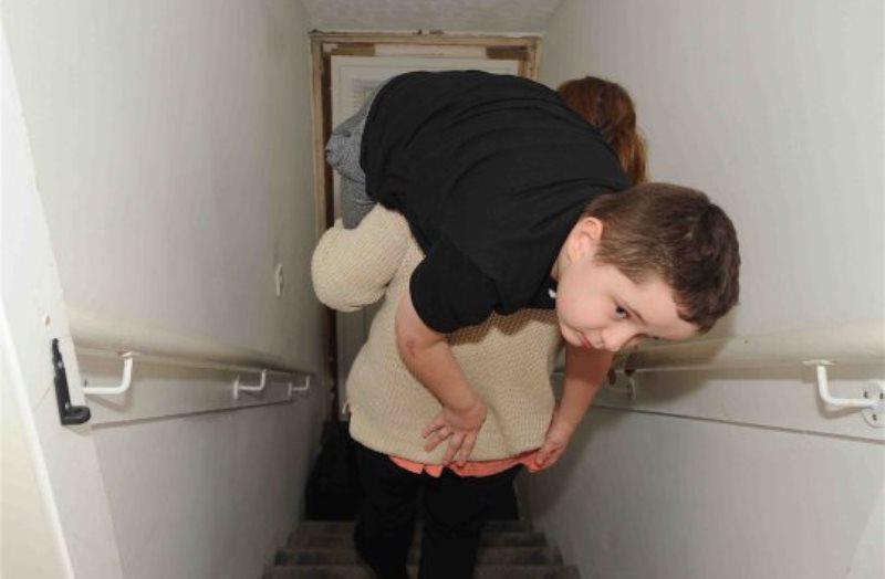 Ogni giorno su e giù per le scale con in braccio il figlio d