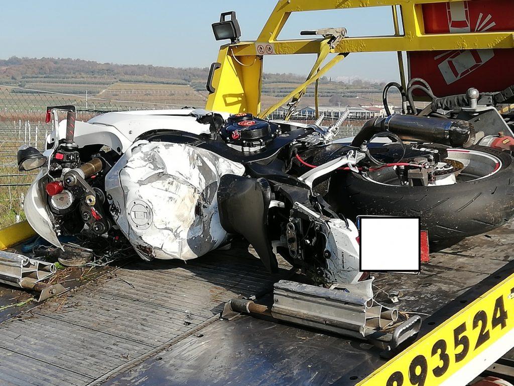 Schianto devastante: finisce con la moto contro un'auto, mor