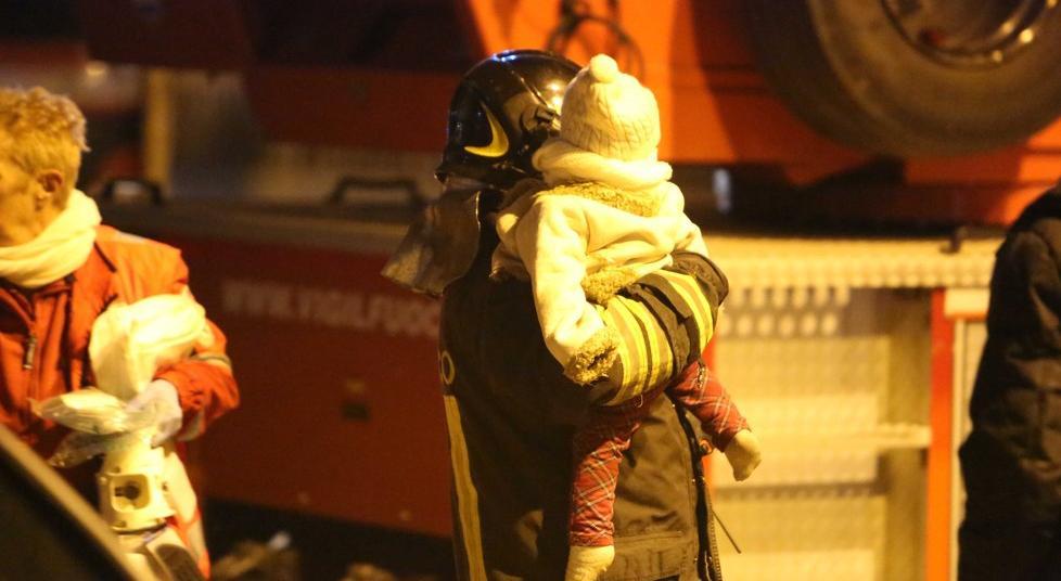 Incendio in un palazzo, ci sono morti. Due bambine gravi. La