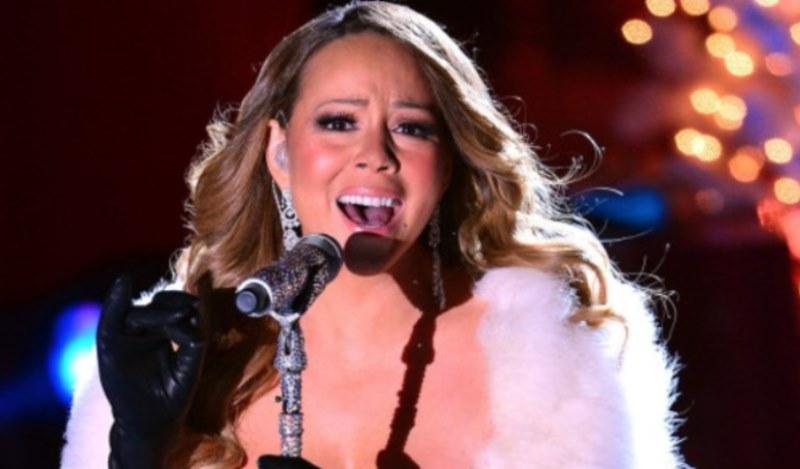 Mariah Carey Canzone Di Natale.Mariah Carey Fa Cantare La Canzone Di Natale Ai Figli