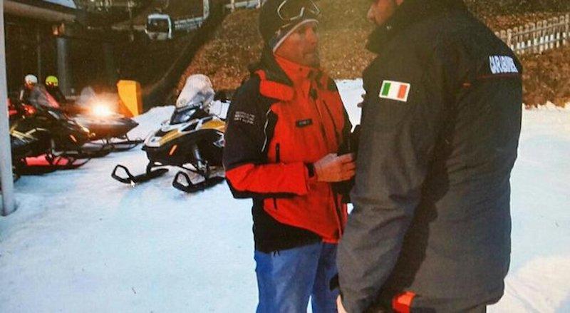 Esce fuori pista con gli sci e precipita in un dirupo, muore