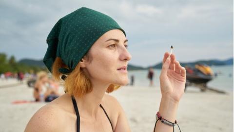 È ufficiale: dal 15 luglio vietato fumare in spiaggia. I luo