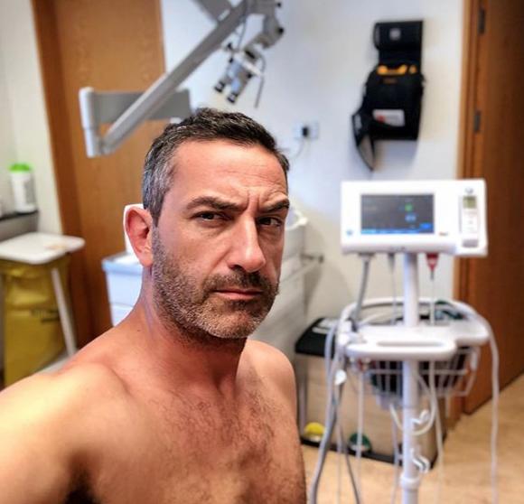Matteo Viviani, la foto della Iena dall'ospedale preoccupa i