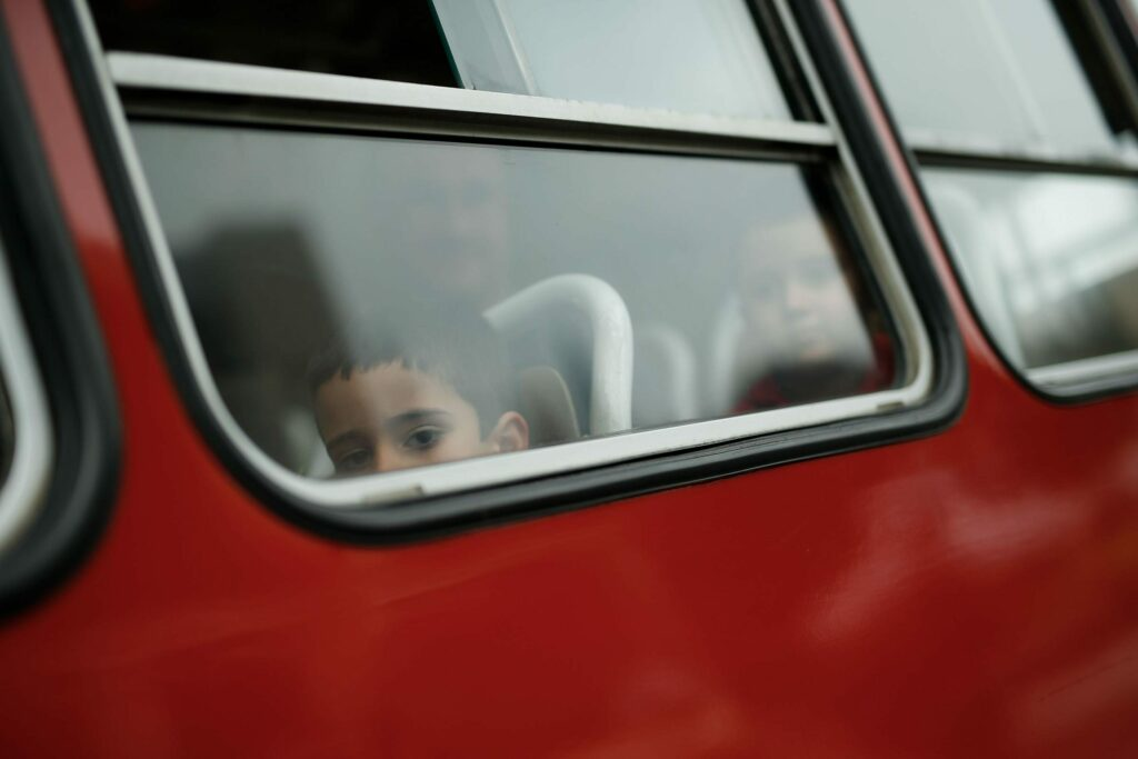 Autista di bus vede famiglia africana, accelera e non si fer