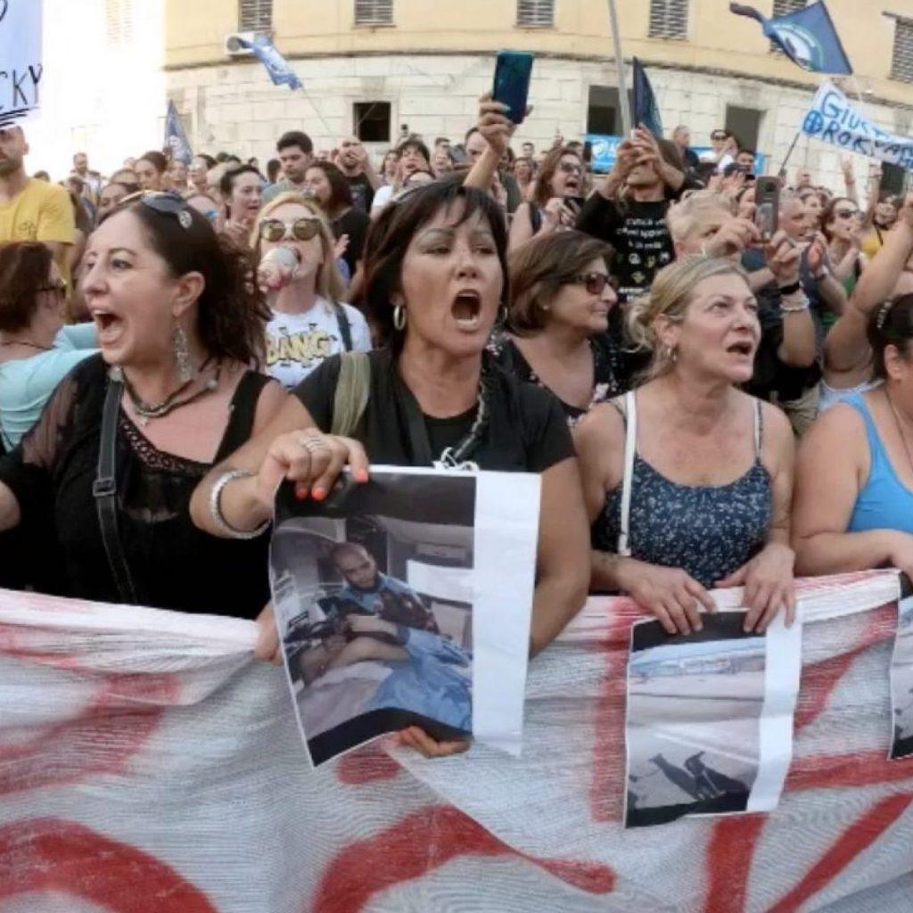 Vogliamo giustizia! 300 persone in piazza per Rocky, il cane ucciso da un ...