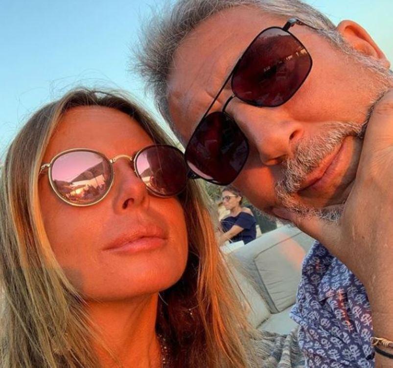 Paola Perego, 53 anni portati divinamente: in costume lascia