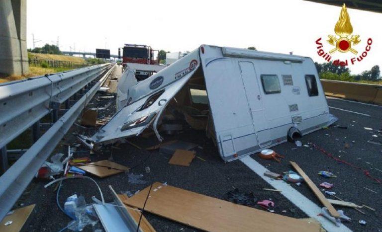 Tamponamento in autostrada: roulotte in mille pezzi e incide