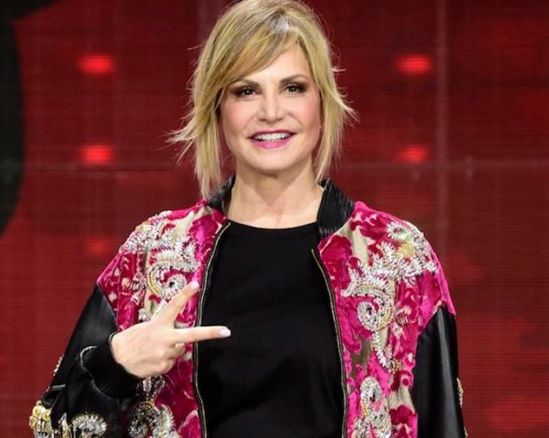Simona Ventura bomba sexy a 54 anni. Gambe chilometriche e i