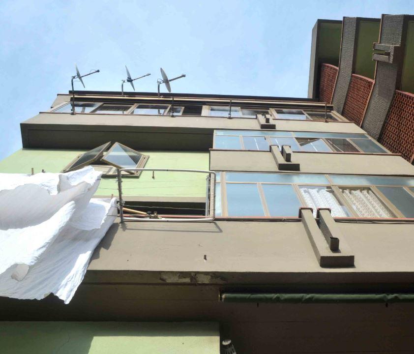 Coppia cade dal balcone mentre fa l'amore. E lui (30 anni) l
