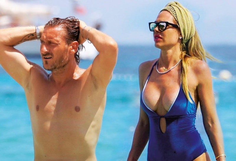 Francesco Totti gioca a beach volley. Ilary Blasi riprende l