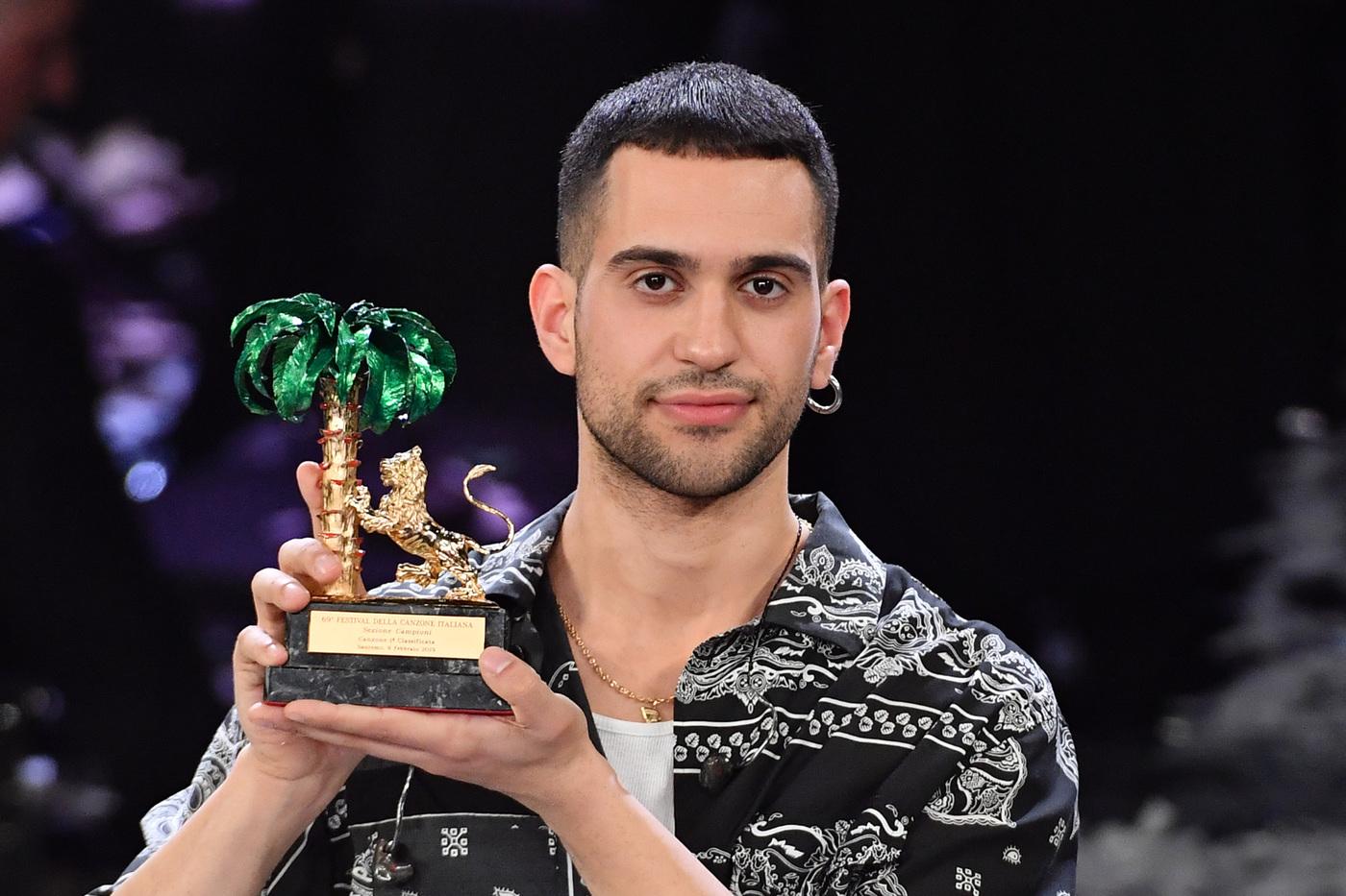 Mahmood con un ragazzo a Milano  E dopo la paparazzata per i due arriva una brutta