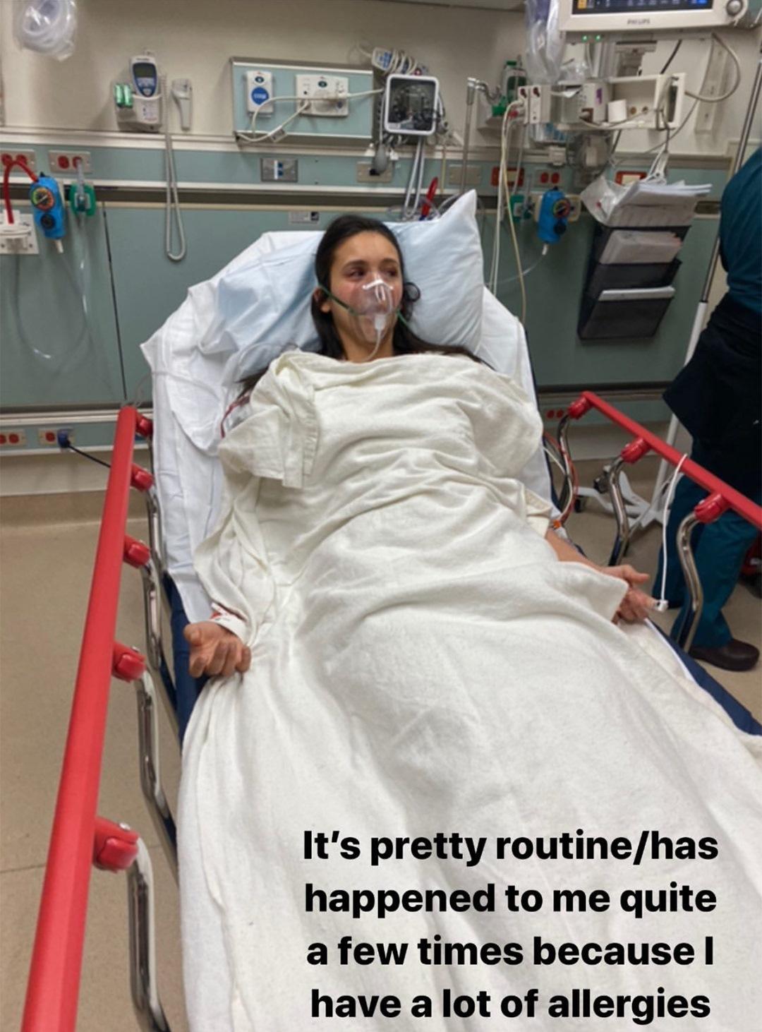 Viso gonfio e mascherina per l'ossigeno: l'attrice ricoverat