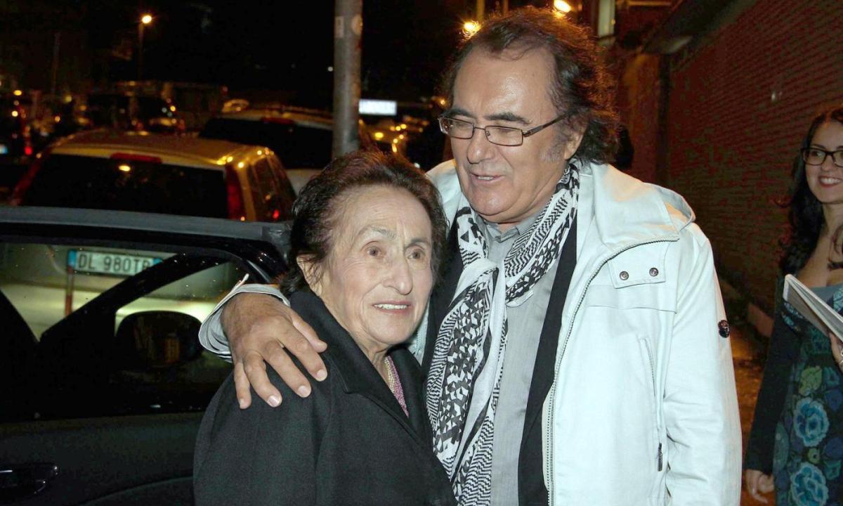 Loredana Lecciso all'ultimo saluto della mamma di Al Bano. M