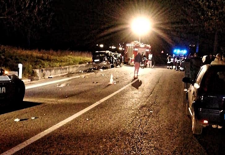 Schianto nella notte, padre e figlio morti sul colpo: l'auto si è disintegrata