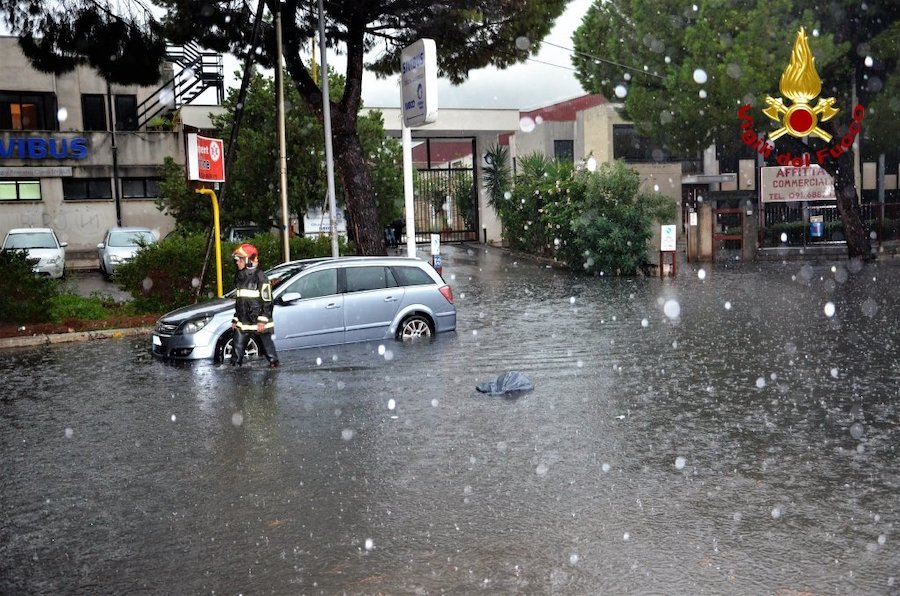 Tempesta di vento si abbatte sulla città italiana, alberi ca