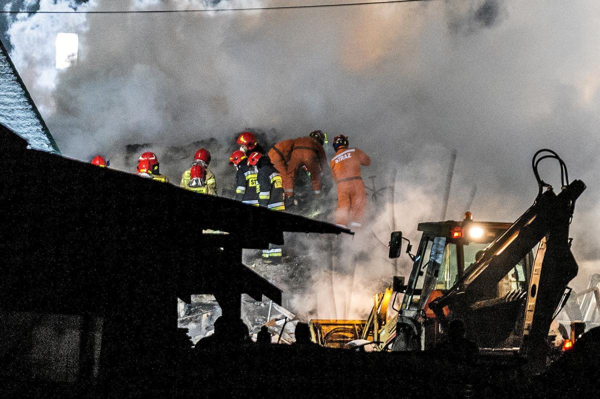 Fuga di gas ed esplosione: palazzina di 3 piani collassa su