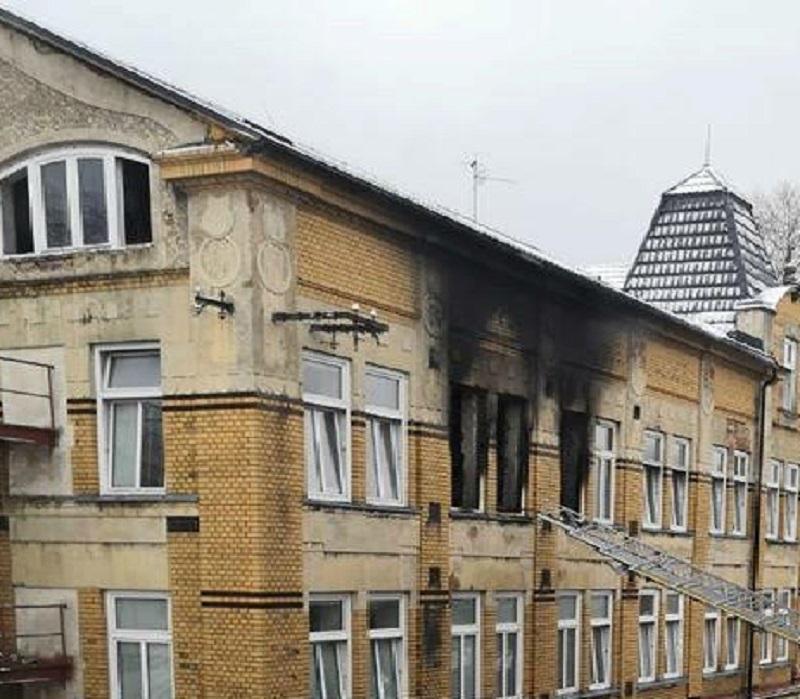Incendio alla casa di accoglienza: 8 morti. Poliziotto eroe