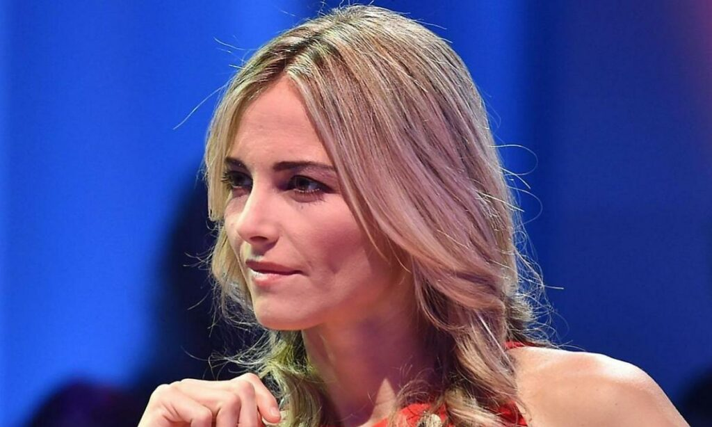 """""""Stop!"""". Francesca Fialdini con le spalle al muro: gira una"""