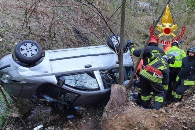 Gravissimo incidente in auto, madre e figlio giù per 20 metr