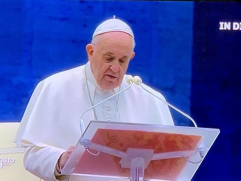 Cornavirus, la Madonna appare durante la benedizione del Pap