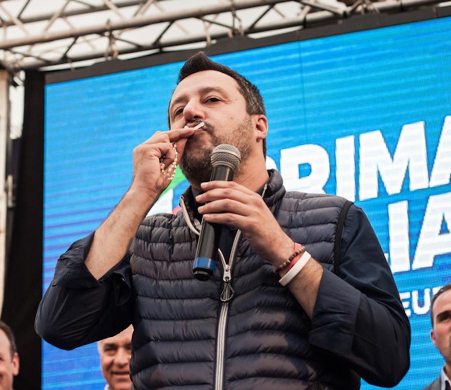"""""""Se sei fedele…"""". Fiorello replica a Salvini per le chiese a"""