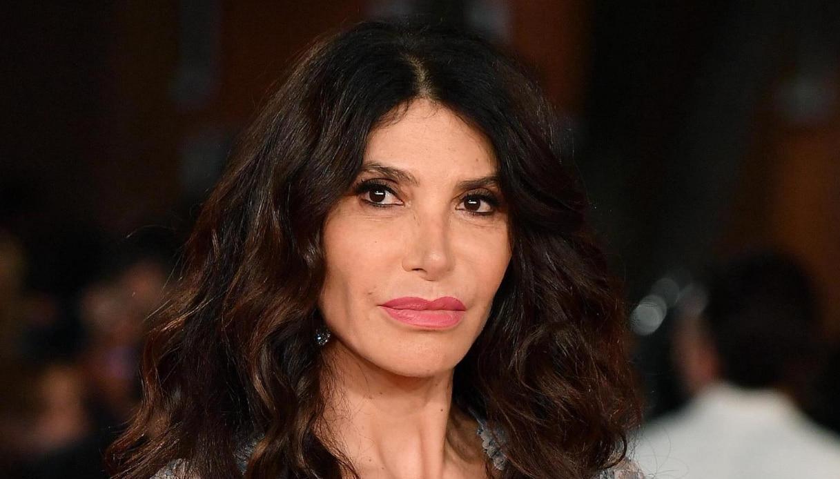"""""""Vergogna""""  Carmen Di Pietro bomba sexy    ma la foto sul letto disturba i fan"""