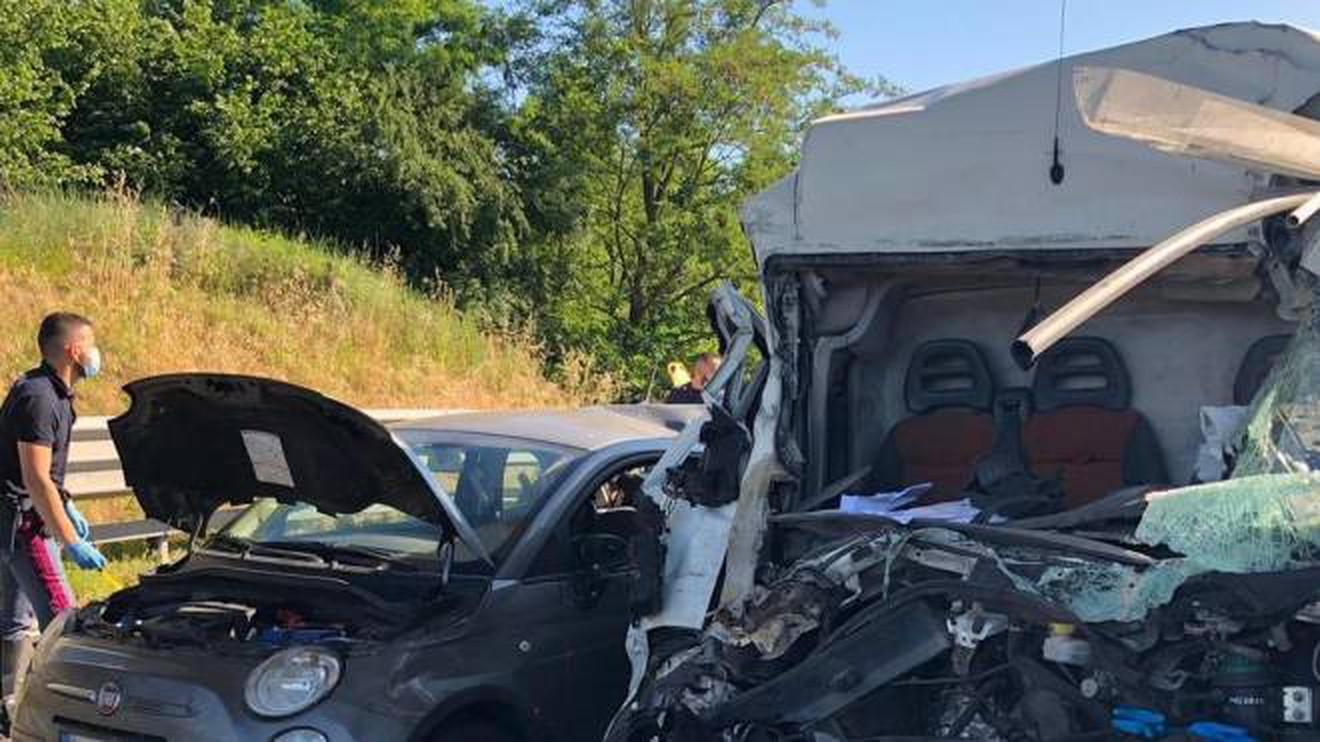 Lo schianto in autostrada: muore a 46 anni il giorno del suo compleanno