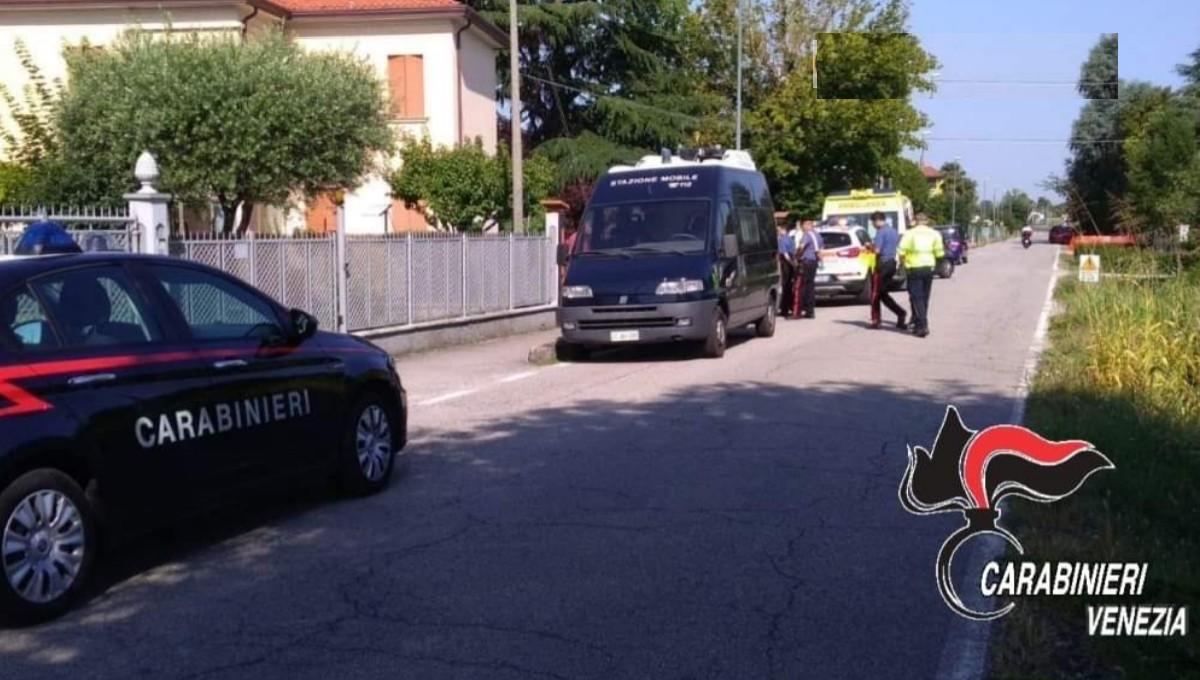 Si barrica in casa con un fucile e spara all'arrivo dei carabinieri