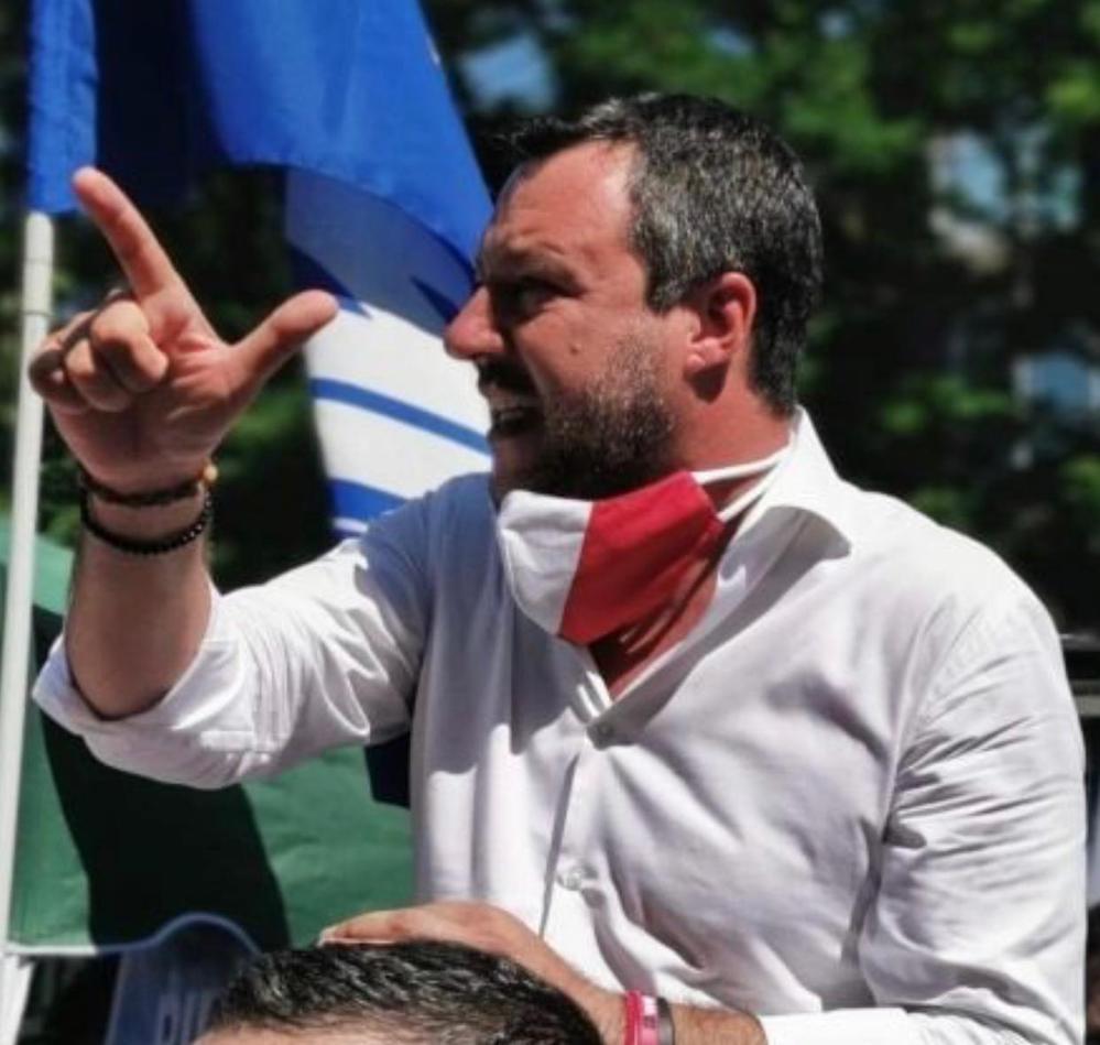 Il figlio 15enne della vip contesta Matto Salvini: identific
