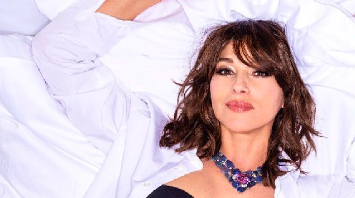 Divina Monica Bellucci: sul letto, in intimo... Il resto è facile immaginarlo