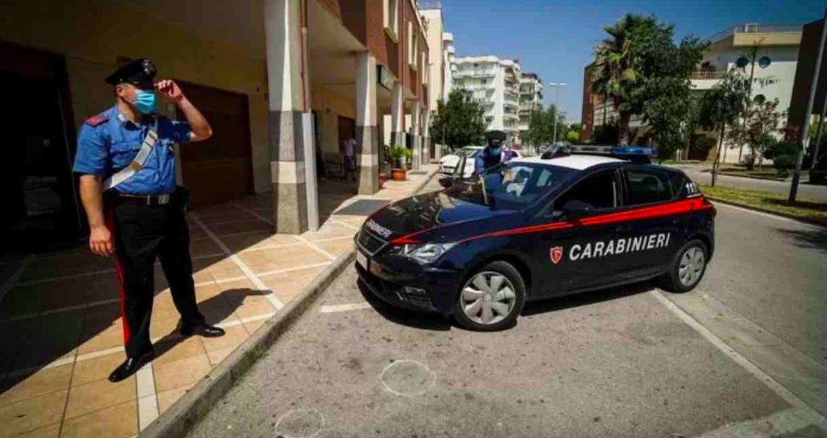 30enne uccide i genitori a coltellate: preso in strada con l