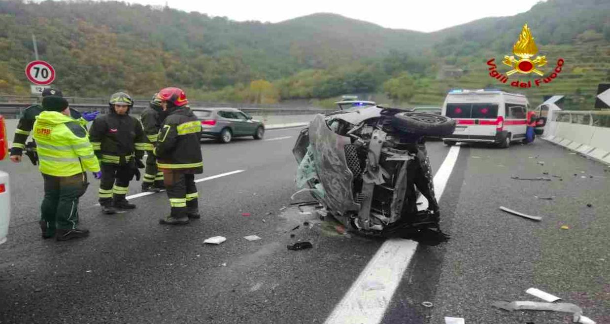Speventoso incidente in autostrada: veicolo contromano, impatto violentissimo. Muore una donna