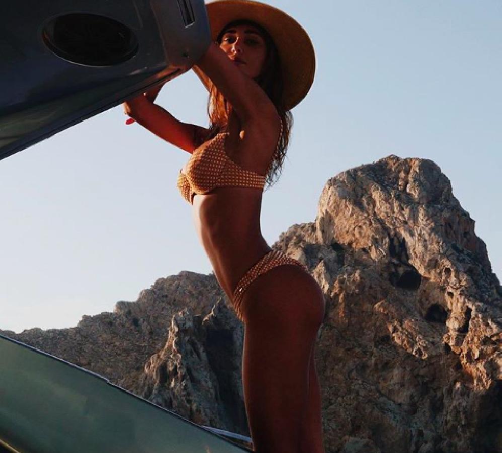 Belen non rinuncia a Ibiza (e alle foto hot) ma non è partita da sola. Gianmaria Antinolfi? Proprio no