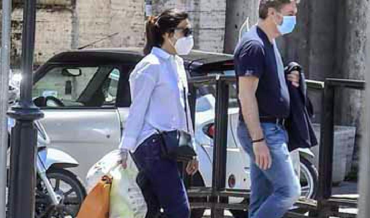 """""""Ma fa portare tutto a lei?"""". La coppia super vip beccata così in strada a Roma: lui bello leggero, lei con tutte le buste"""